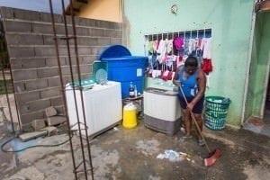 Vecinos tienen que guardar agua en los tanques para el consumo. Crónica Uno/Cristian Hernández