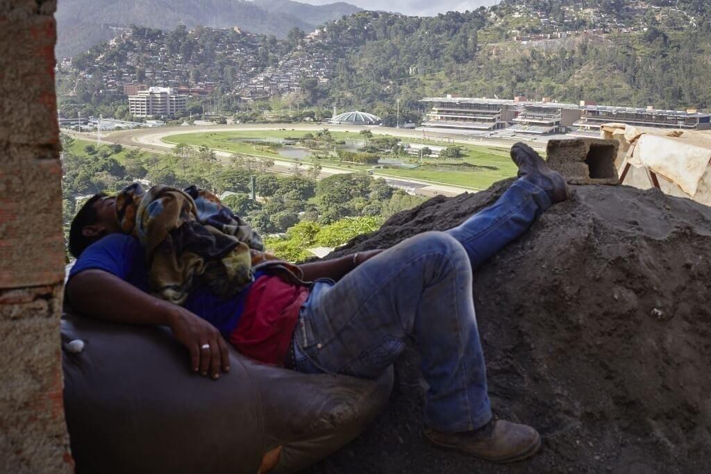 La gente del sector El Cují tiene que arreglárselas para dormir. Cristian Hernández/Crónica Uno