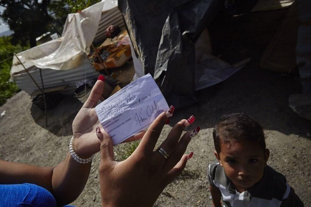 Este fue el papel que le entregaron a los desalojados, este viernes 24 de julio. Cristian Hernández/Crónica Uno