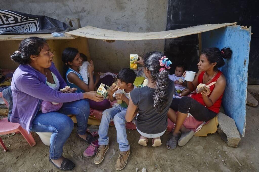 Niños duermen bajo techos improvisados. Cristian Hernández/Crónica Uno