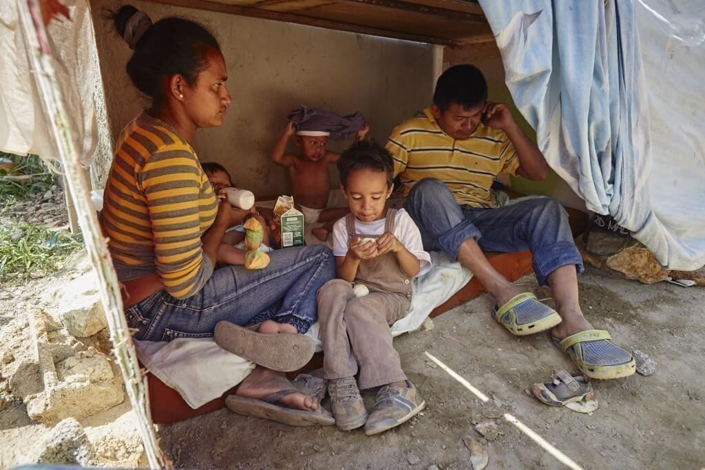 Un grupo de familias desalojadas del barrio El Cuji, en el Kilómetro 3 de la Carretera Panamericana, esperan a un lado de la carretera. Denuncian no haber sido despojados a la fuerza y sin aviso de sus viviendas, y que no fueron aceptados en los refugios. Cristian Hernández/Crónica Uno