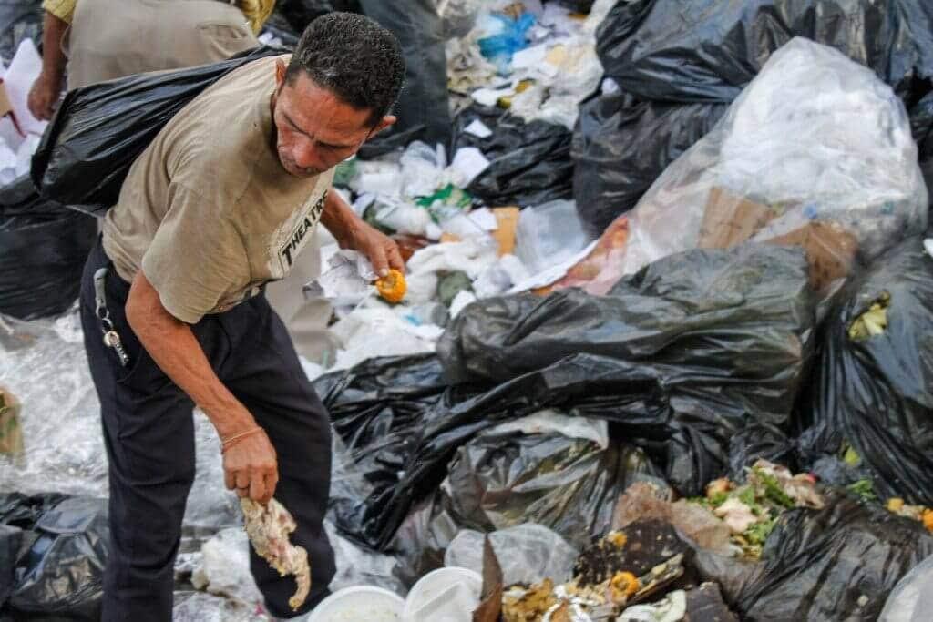 A muchos venezolanos la plata no les da para un plato de comida y buscan en la basura.