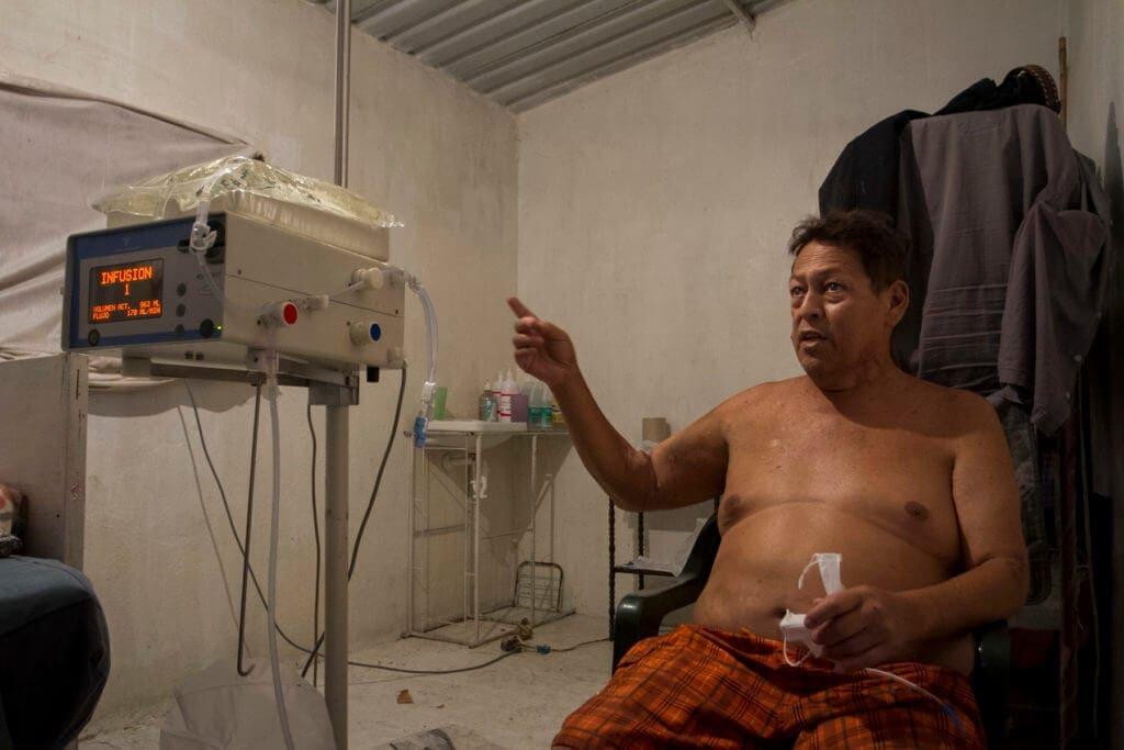 Diego González se dializa en su casa con insumos que le dan en Colombia