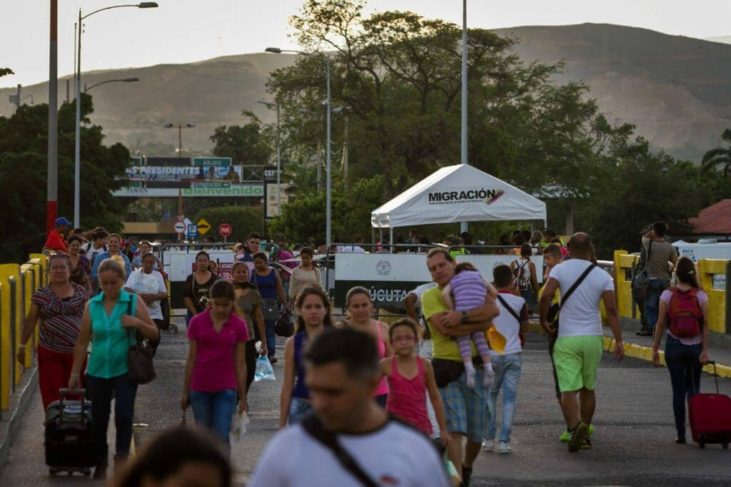 Las personas cruzan la frontera a buscar artículos básicos