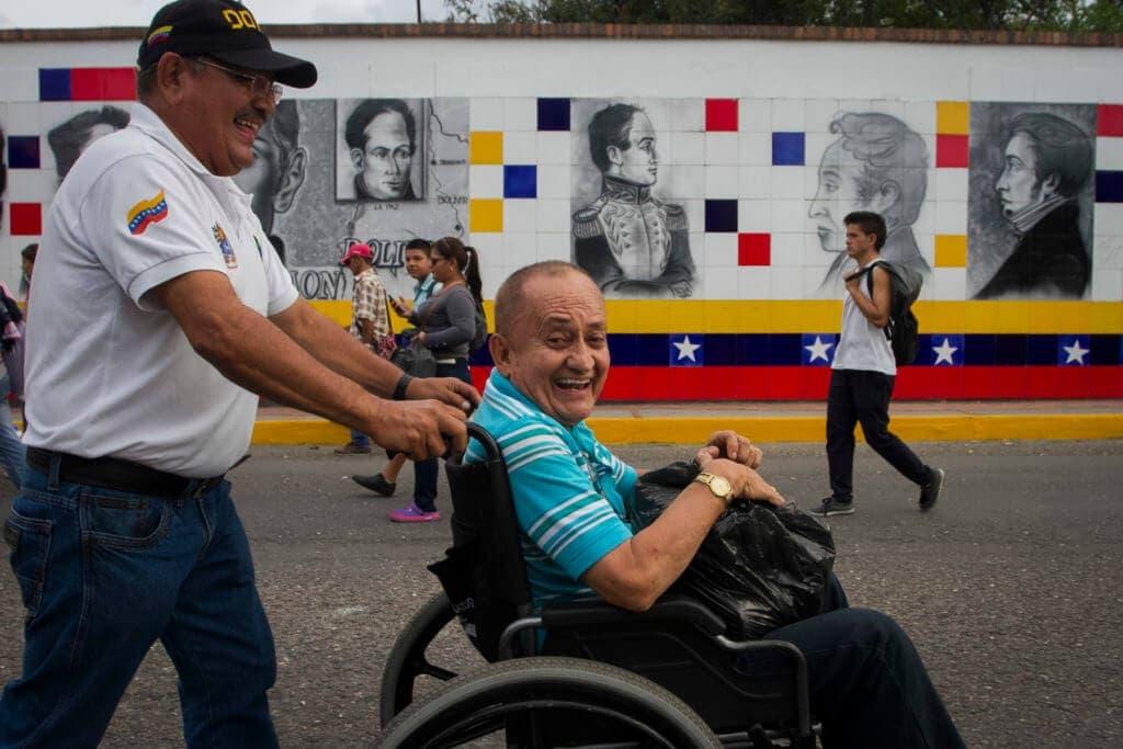 """Raúl Sierra de la ONG """"Comunidad de Naciones"""" de San Antonio del Táchira cuenta que trabajan con las uñas"""