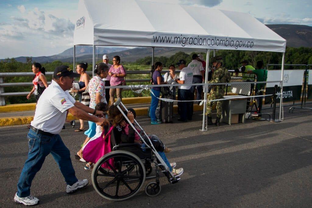 La ONG ayuda a los pacientes a pasar el puente en sillas de rueda porque llegan fatigados de los tratamientos
