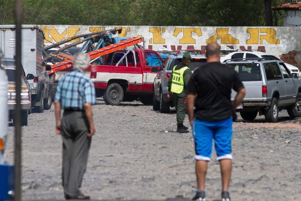 Habitantes de Ureña, en Táchira, esperan su turno para poder cargar gasolina.