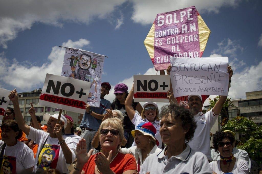 La gente pidió más movilizaciones de calle a los diputados. Foto: Francisco Bruzco-Cronica.uno