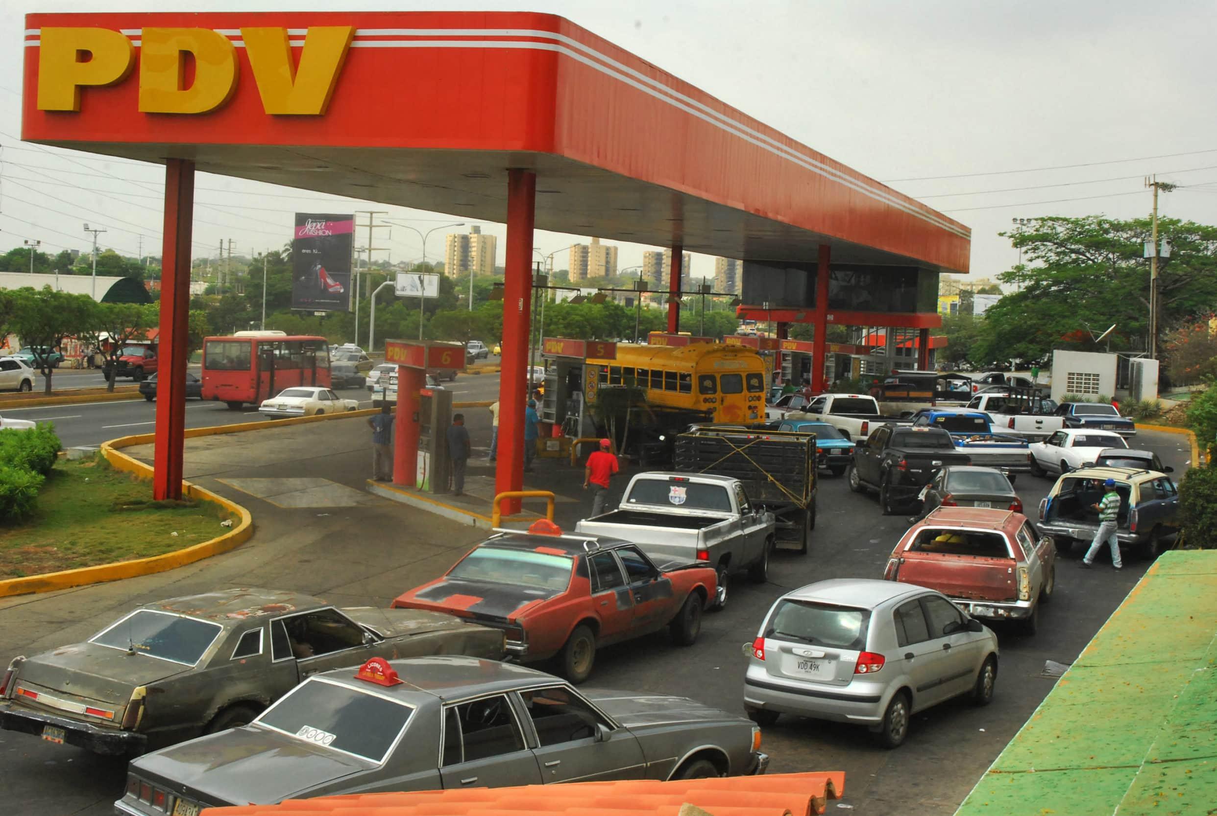 Resultado de imagen para colas para llenar tanques de gasolina