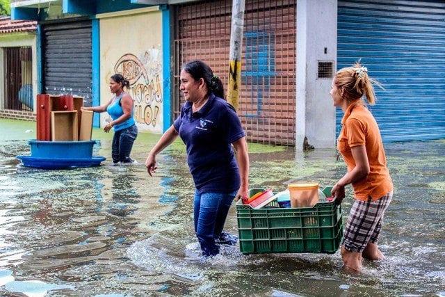 Resultado de imagen para imagenes de los afectados por la crecida del lago de valencia septiembre 2017