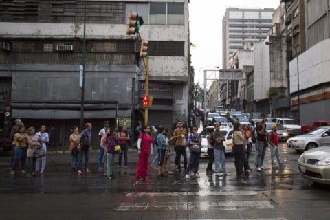 Usuarios recorrieron hasta tres paradas para poder movilizarse en Caracas
