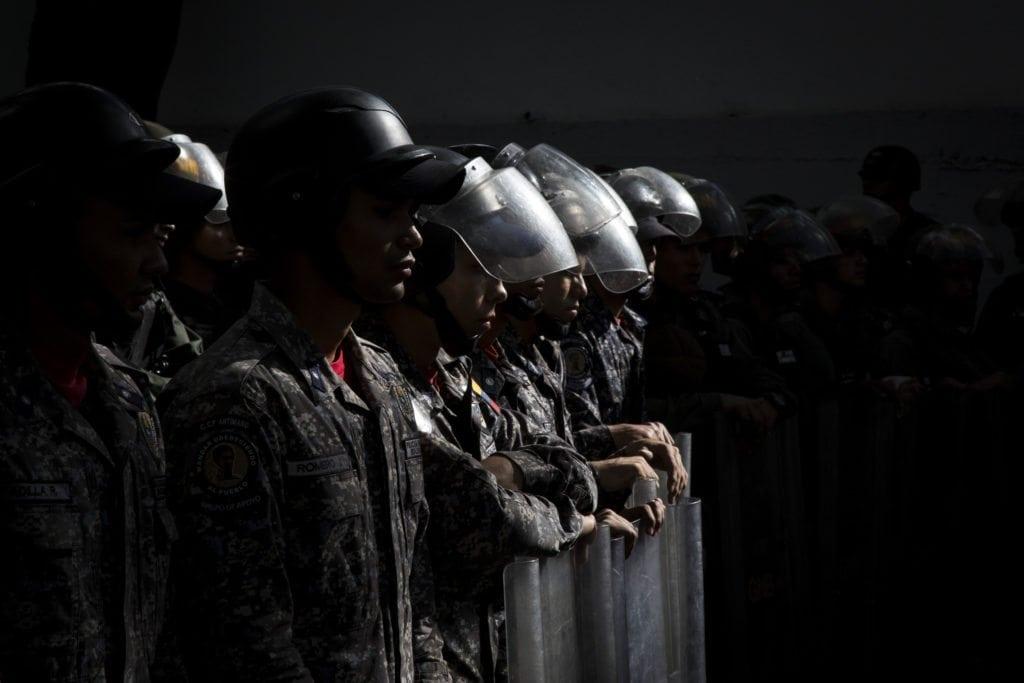 Piquete de la PNB en Protestas frente a la morgue de Bello Monte exigiendo la entrega del cuerpo de Oscar Perez. Foto: Francisco Bruzco