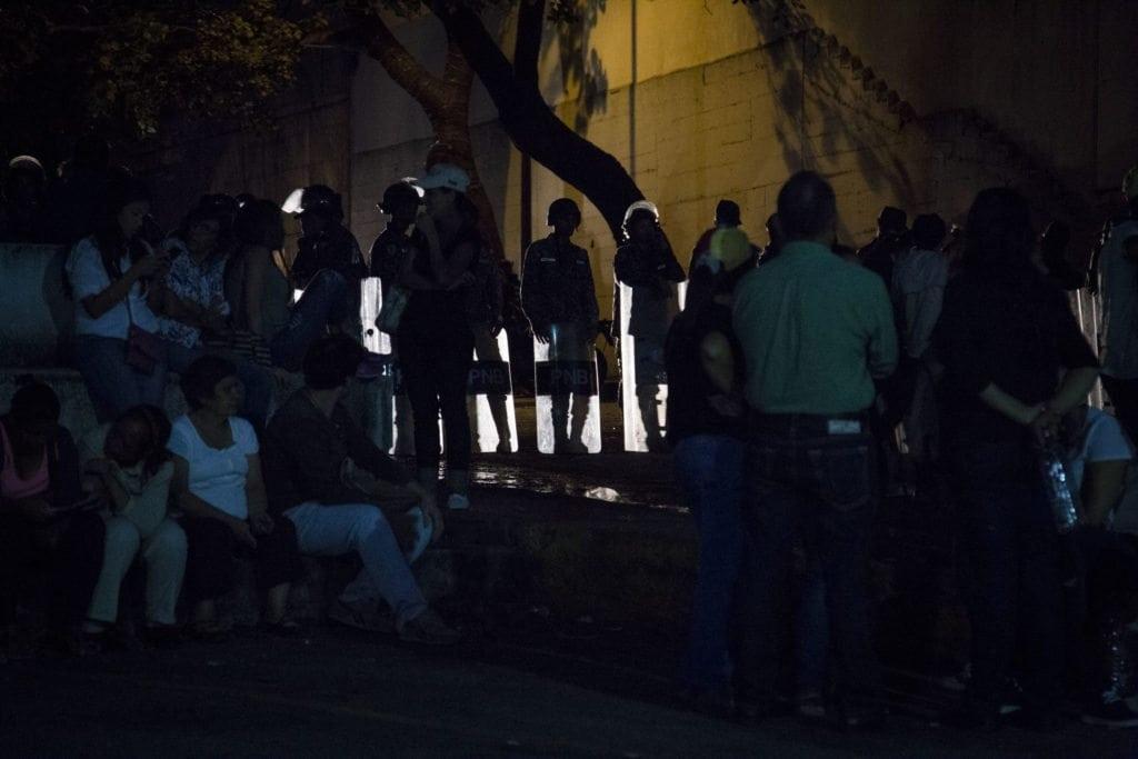 Protestas frente a la morgue de Bello Monte exigiendo la entrega del cuerpo de Oscar Perez. Foto: Francisco Bruzco