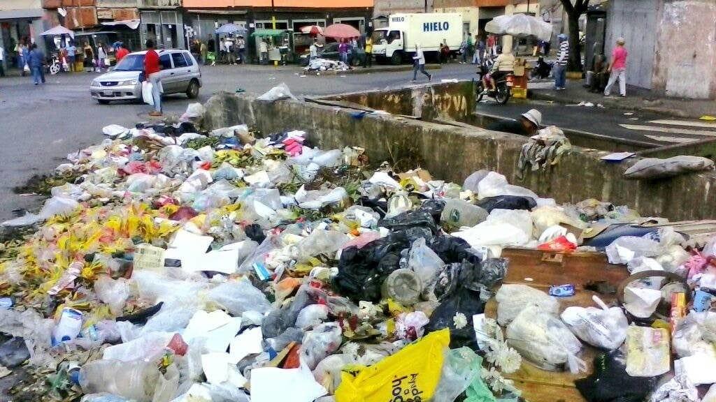 Vecinos riegan basura en la calle en son de protesta (Catia)