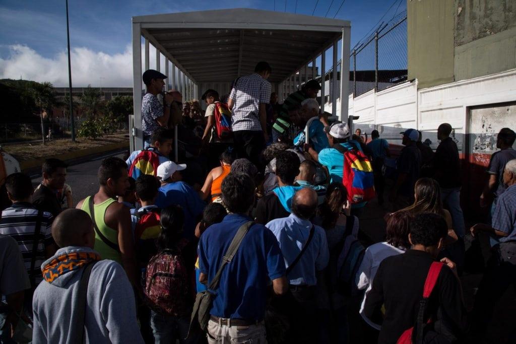 """Transporte público. Camiones del gobierno, El Junquito. El uso de las """"perreras"""" ya es oficial para ir y venir de El Junquito"""