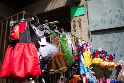 En los comercios la oferta de disfraces es limitada y la demanda es baja