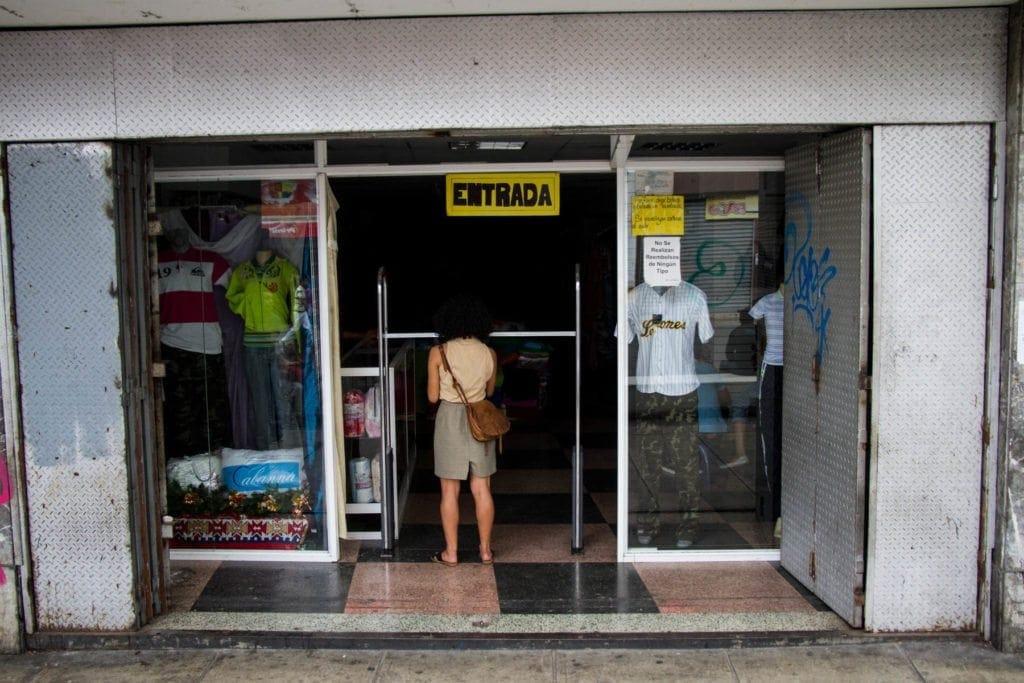 Bulevar de Sabana Grande - comercios cerrados o sin luz. Foto: Luis Miguel Cáceres