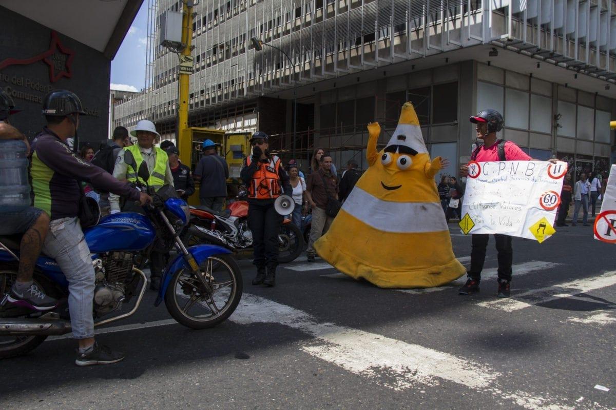 """División de Educación Vial vistió de """"cono gigante"""" a infractores de tránsito en la avenida Universidad"""