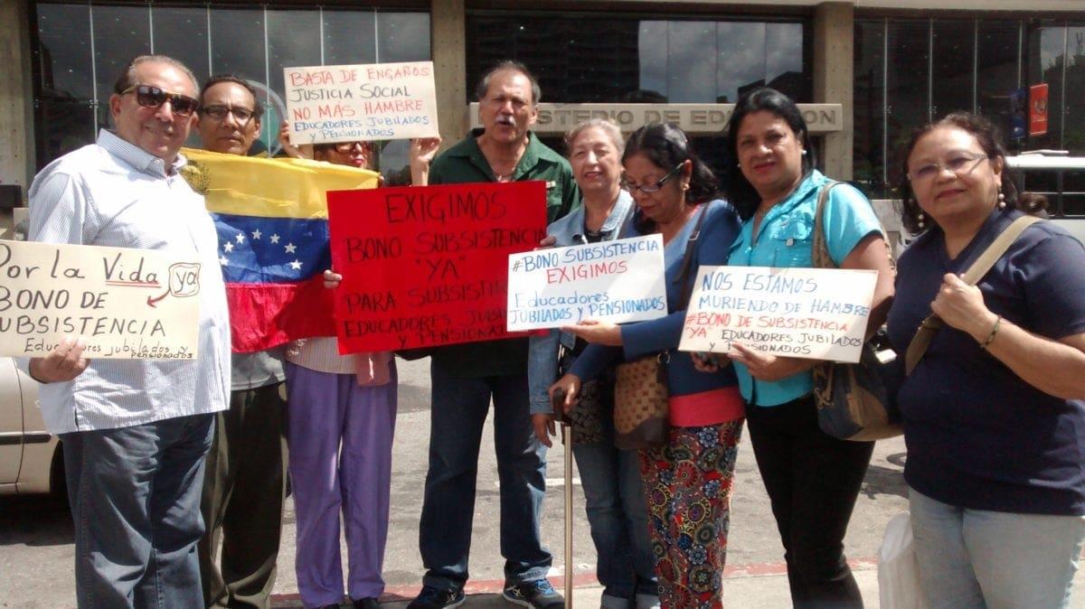 Docentes jubilados acudieron al Ministerio de Educación para exigir un bono de subsistencia