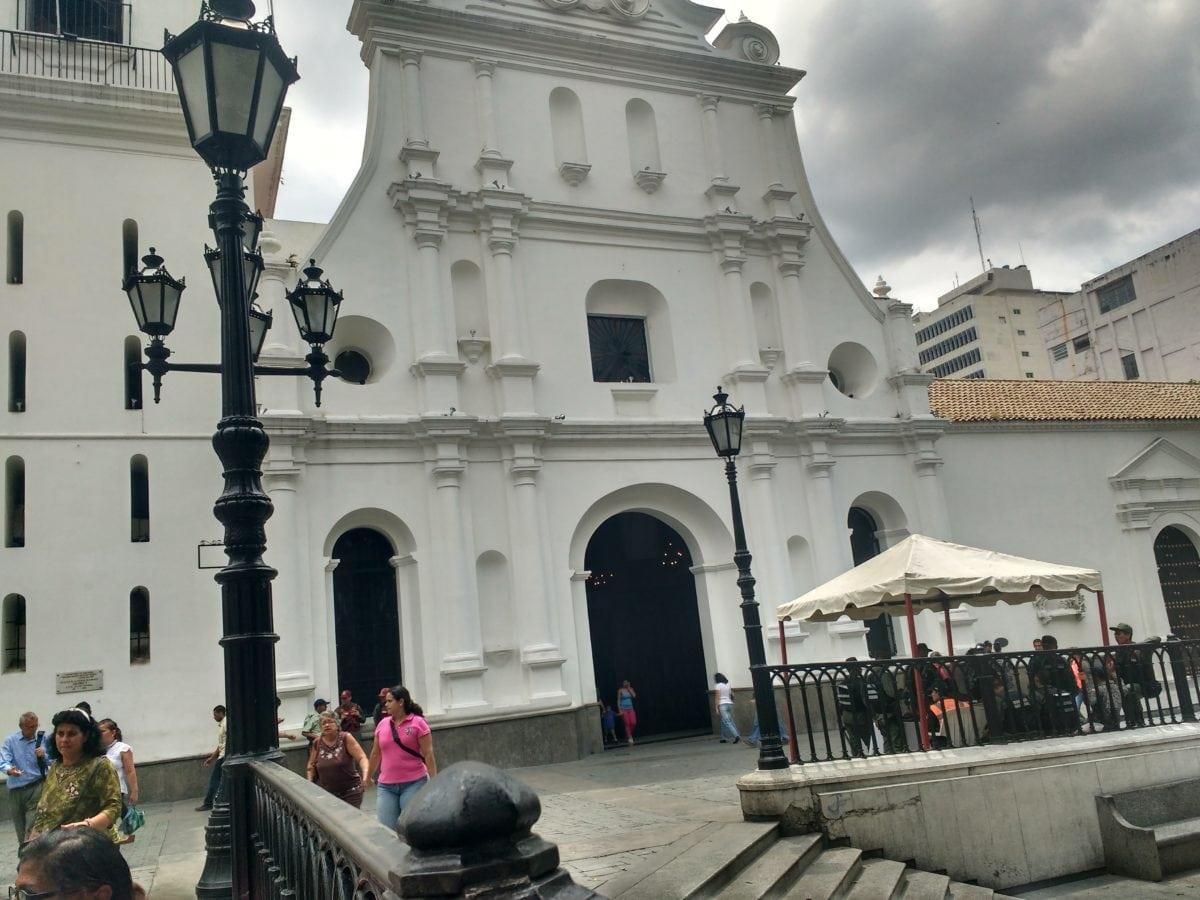 """""""Militarizadas"""" iglesias caraqueñas"""