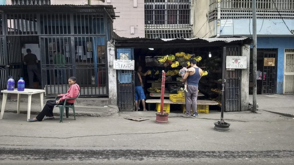 20180424 Buhoneros con punto de venta. Foto: Francisco Bruzco
