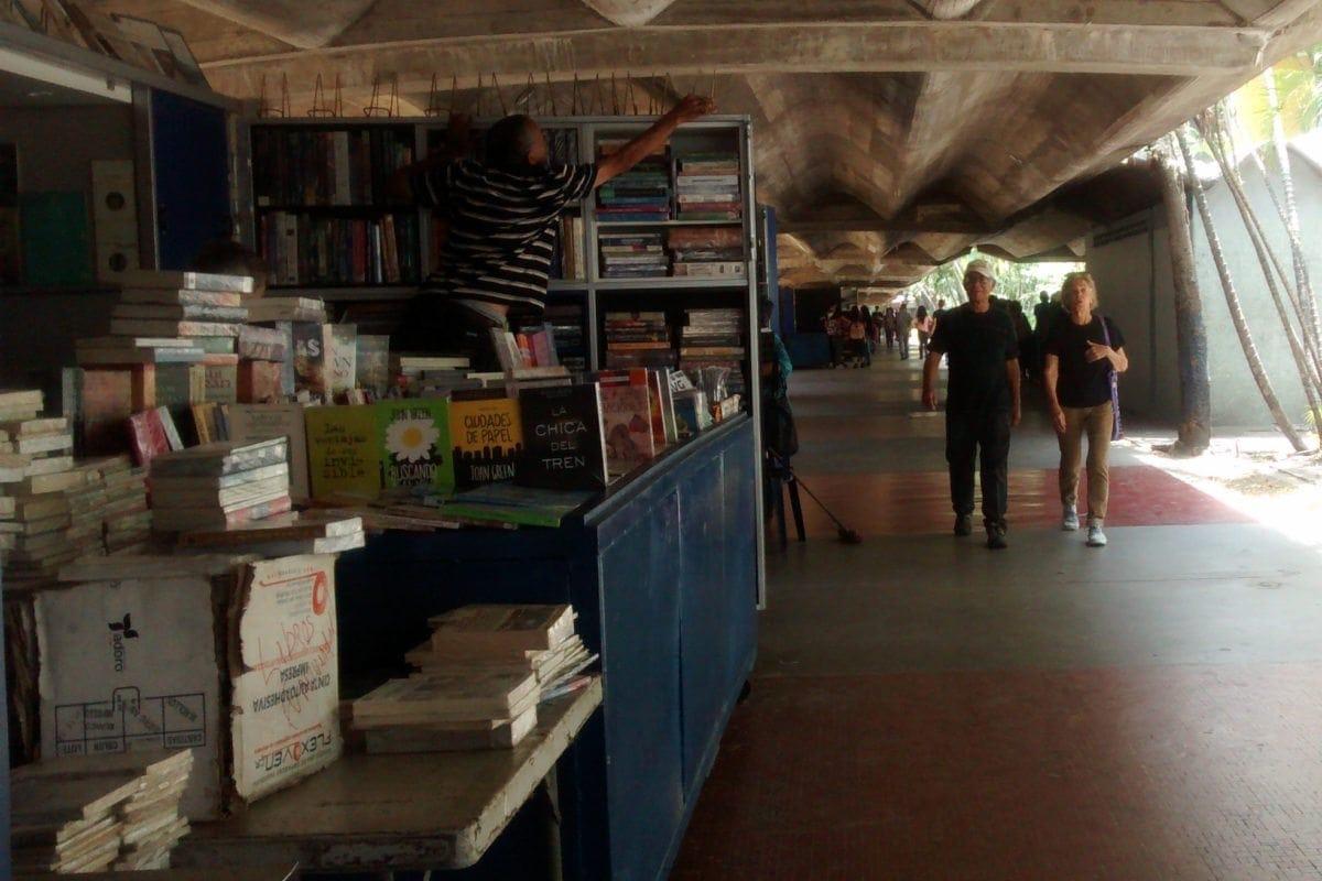 Libreros del pasillo de Ingeniería de la UCV se quedan sin clientes y sin textos