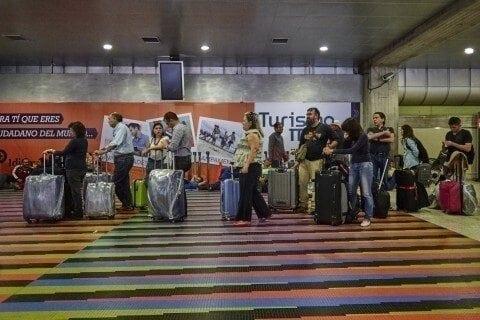 Ciudadanos emigran para resolver la situación económica de sus familias en Venezuela