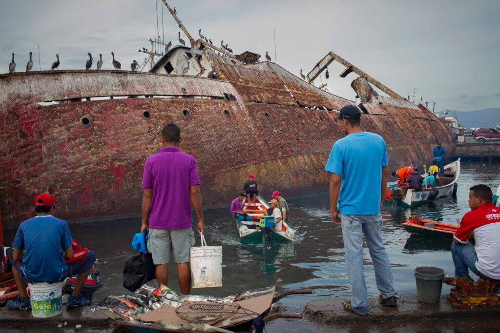 Habitantes de Cumaná, en Venezuela, esperan venta de arenques (sardinas) en el puerto de la ciudad. CRÓNICA UNO/Miguel González.