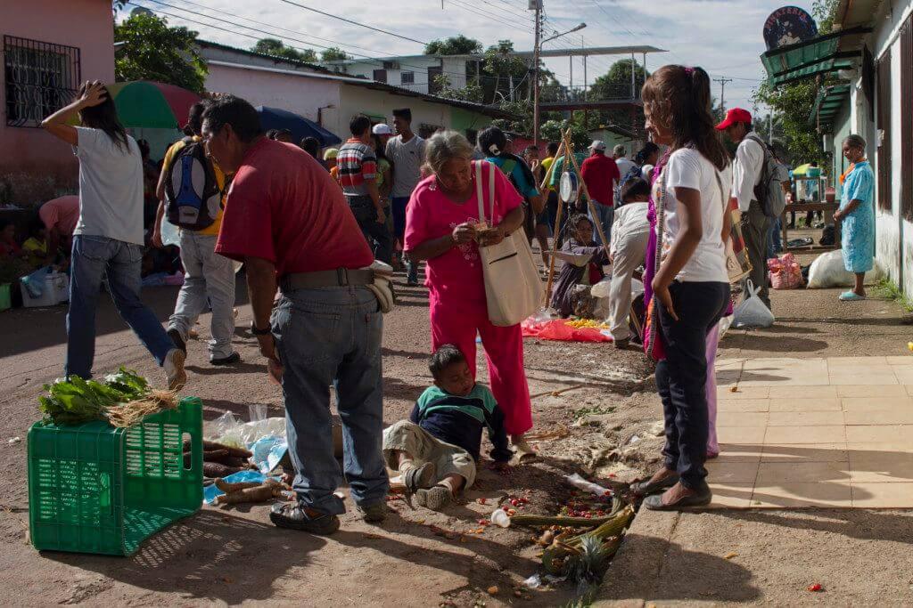 En el mercado indígena las personas están comprando más casabe y mañoco