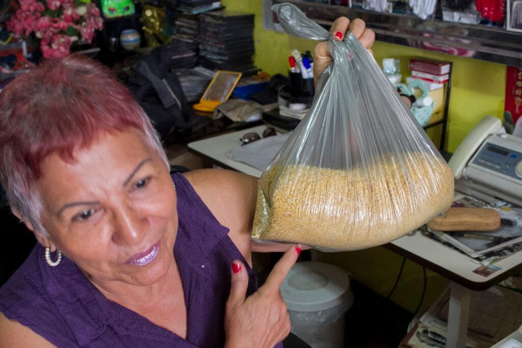 Las ventas en el negocio de María Arvelo han bajado y comenta que la plata no le alcanza para la comida