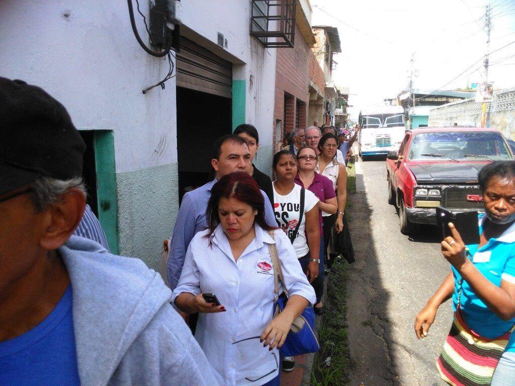 Firmantes se trasladaron en buseta hasta Río Chico para ratificar su voluntad. Foto: Carlos Crespo