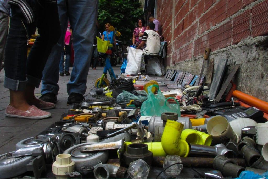 Ante la crisis económica actual, la presencia de comerciantes informales se hace cada vez más común en las aceras de la capital Foto: Crónica Uno / Mariana Mendoza