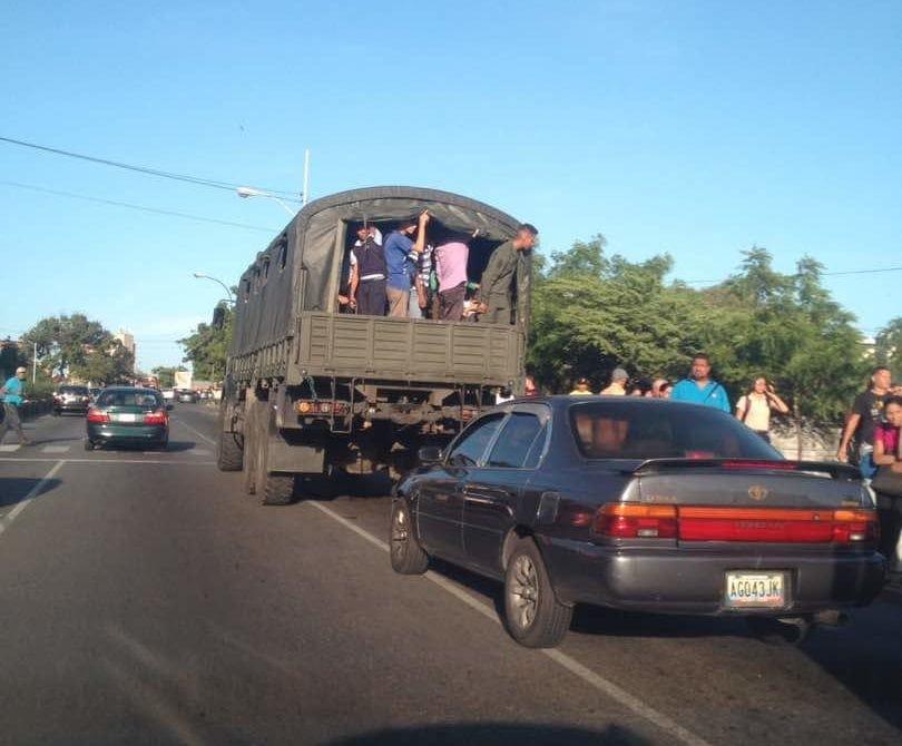 Camiones de transporte en Vargas