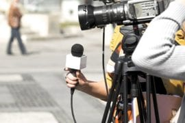 periodista. camarógrafo. foto referencial